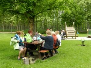 le pique nique a eu lieu dans un grand parc bordé d'une peupleraie nous nous sommes répartis sur les tables du jardin