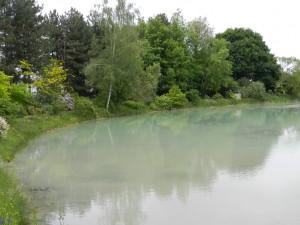 la couleur de l'étang est naturelle le fond argilocalcaire et les reflets des plantes font la palette de couleurs